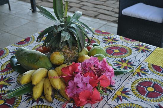Anjiamarango Beach Resort: Fruits et fleurs à l'accueil