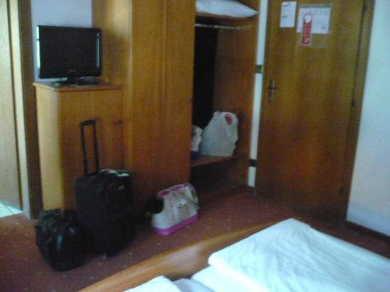 Hotel Rentschnerhof: Bedroom closet and  dresser