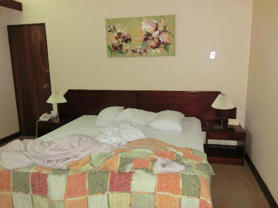 Costa Rica Tennis Club & Hotel: comfortable bed, unfortunately smelling of cold smoke