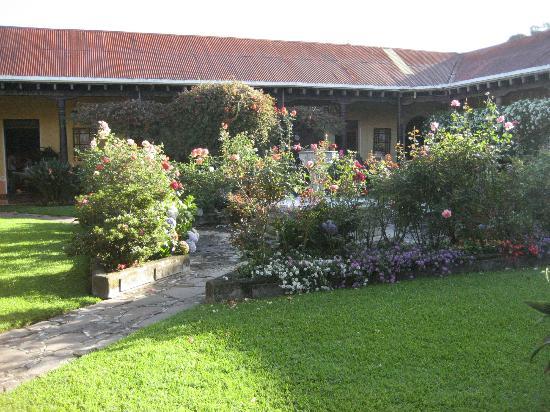 Aurora Hotel: Lovely gardens