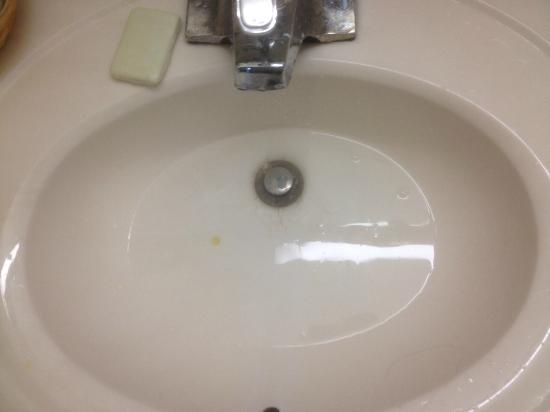 Silver Beach Hotel: Sink that took 5 minutes to drain from washing my hands