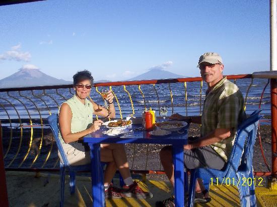Restaurante El Navegante: Dinner enjoying amazing view to Ometepe Island / Cenando disfrutando de la impresionante vista a