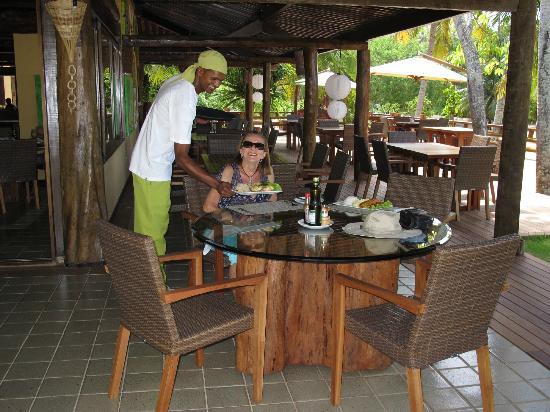 Billie servindo almoço no novo Restaurante Mara.