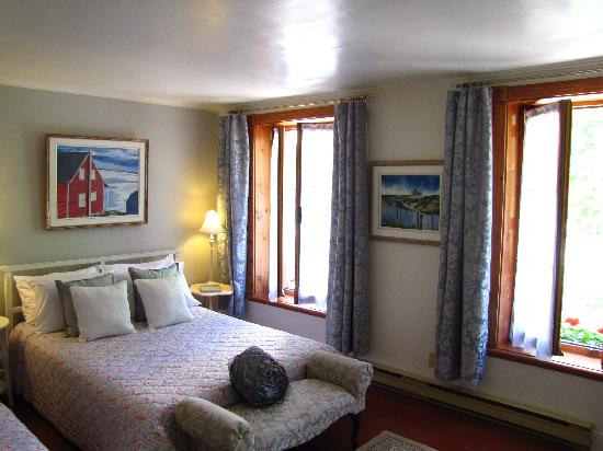 Room with queen-size bed and private bathroom at B&B A la Decouverte