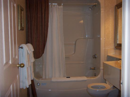 Extended Stay Canada - Toronto - Vaughan: Bathroom with whirlpool tub