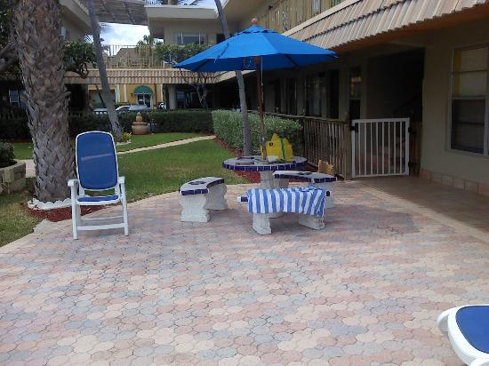 Tropic Seas Resort: patio