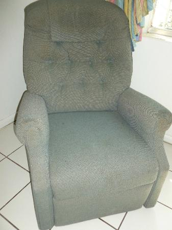 International Inn Underbay: Dirty stained recliner