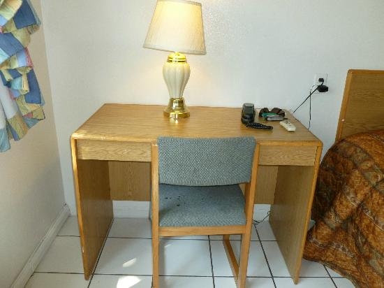 International Inn Underbay: Desk with filthy stained chair