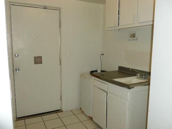 International Inn on the Bay: Kitchenette area. Dated & broken