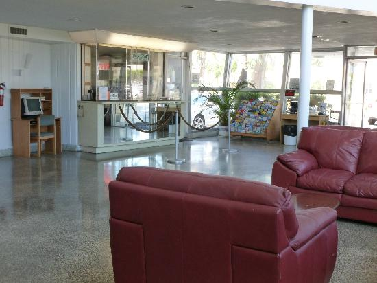 International Inn Underbay: The lobby with safety glass at counter