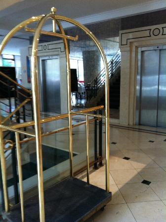 Hotel Neruda: elevador lobby a esquerda entrada p/ restaurante