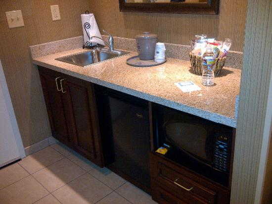 Hampton Inn & Suites Show Low-Pinetop : Mini Kitchen w/Microwave and Fridge