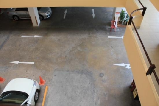Sitara Place Serviced Apartments: Car park view from every floor, too noisy