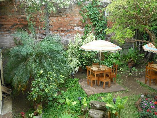 Kekoldi Hotel: Back courtyard/garden area