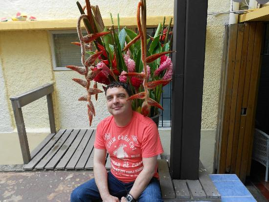 Kekoldi Hotel: Me under flowers in the back area