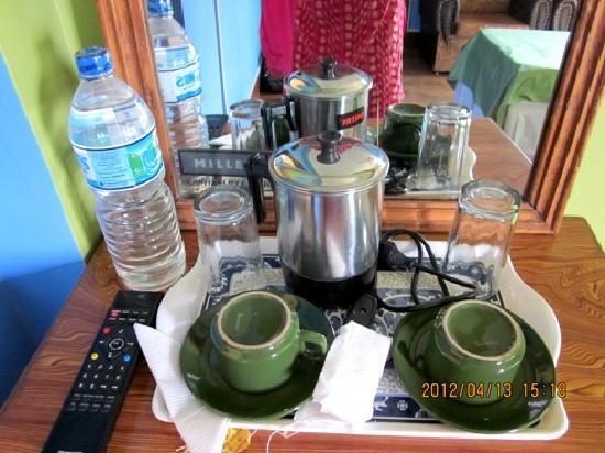 Kathmandu Friendly Home: 電気ポットやお茶のセットも備え付けてあります。 電気ポットは何かと便利です。