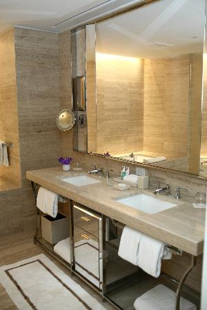 The St. Regis Bal Harbour Resort: Junior Suite - Bathroom