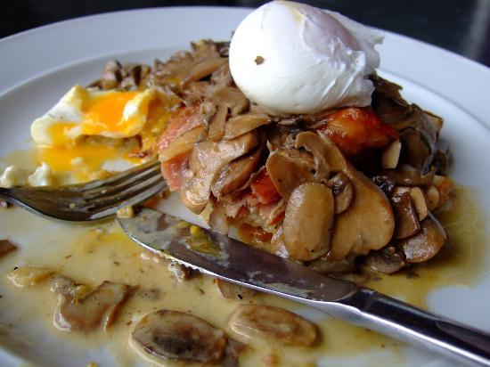 Ujazi : Rewana bread with bacon, mushroom and poached eggs