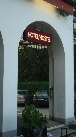 โรงแรมฟันนี่ฟาร์ม: Entrance to the Hotel