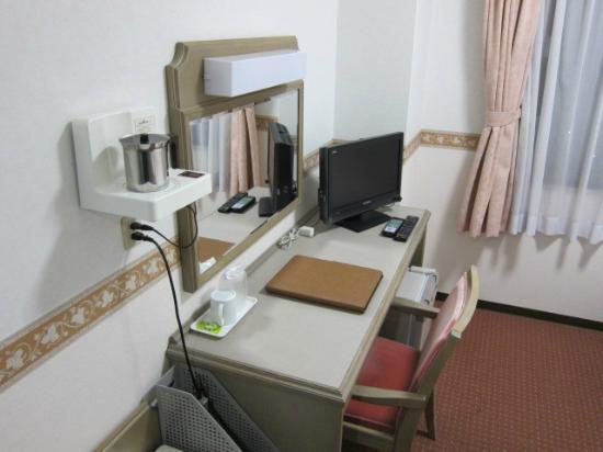 Hotel Alpha-One Takayama Bypass: 部屋のビジネス机の様子