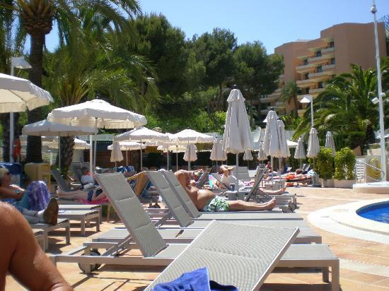 Hotel Son Matias Beach: Sun Loung area beside the pool