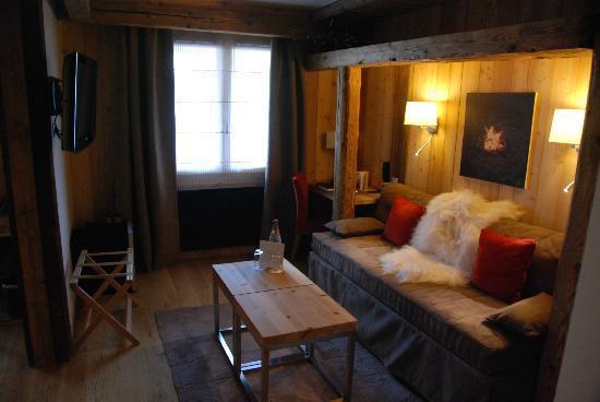 Hotel Au Coeur du Village: Suite - Wohnzimmerbereich