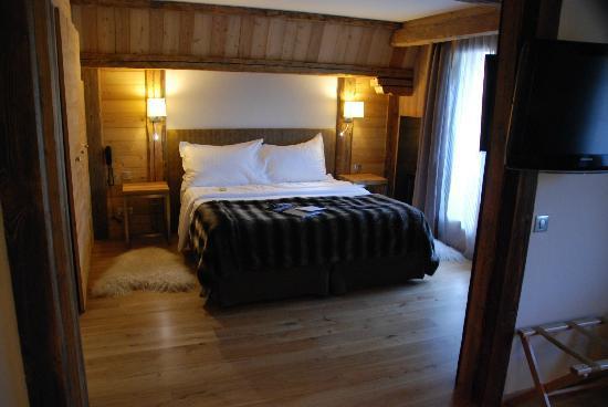 Hotel Au Coeur du Village: Suite - Schlafbereich