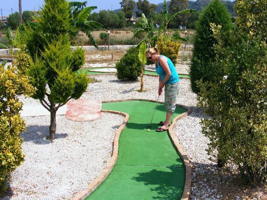 Kalamaki Crazy Golf& Restaurant: Not as easy as it looks!