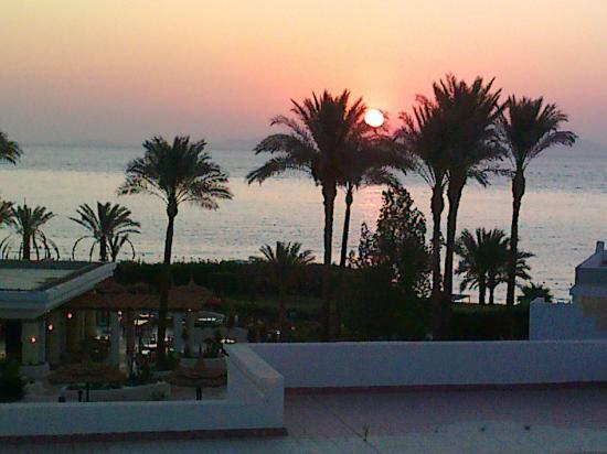 Renaissance Sharm El Sheikh Golden View Beach Resort: منظر شروق الشمس من شرفة الغرفه (عماد سرحان الاردن)