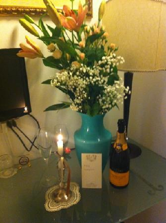 Alla Vite Dorata: lovely gesture, flowers, bubbly and little note x