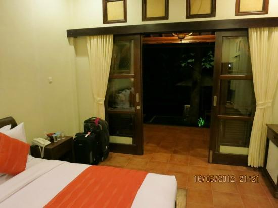 Pondok Pundi Village Inn & Spa: looking out fromthe room (At night )