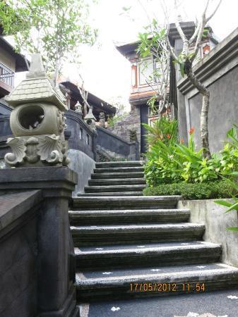 ปนดก ปันดิ วิลเลจ อินน์: Stairs leading to our room