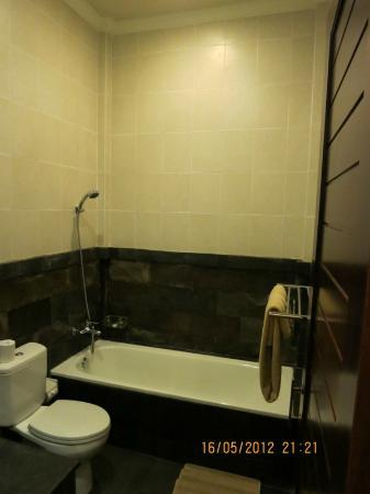 Pondok Pundi Village Inn & Spa: Spacious bathroom. I prefer a brighter lighting. You need to ask for hair-drier if you need onee