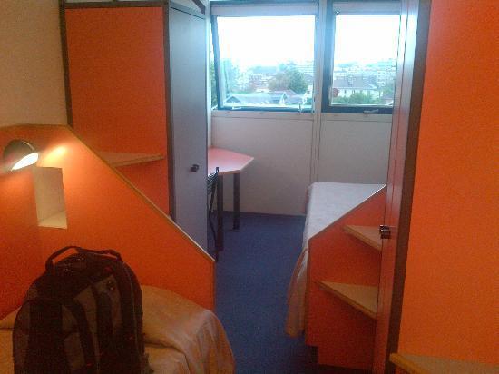 FIAP Jean Monnet : Large room, big windows, orange and blue colour scheme