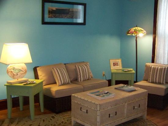Colonnade Inn: Common Area Living Room
