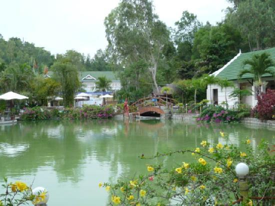 Thap Ba Hot Springs: вид на кафе