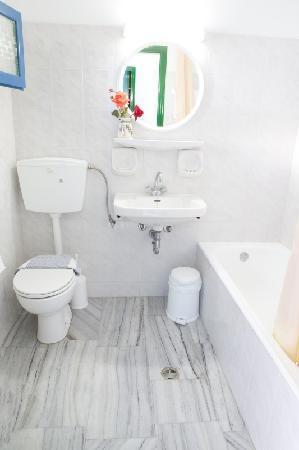 Polos Hotel: Bathroom