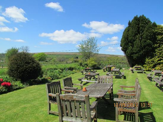 Elephants Nest Inn: Family-friendly garden, looking west