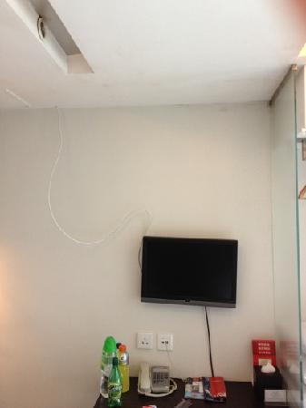 Kings Hotel: Interessante Kabelmontage inkl fleckiger Wand und Decke