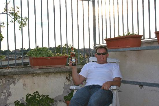 Bed & Breakfast Il Tesoro: Enjoying a beer on the roof-top terrace