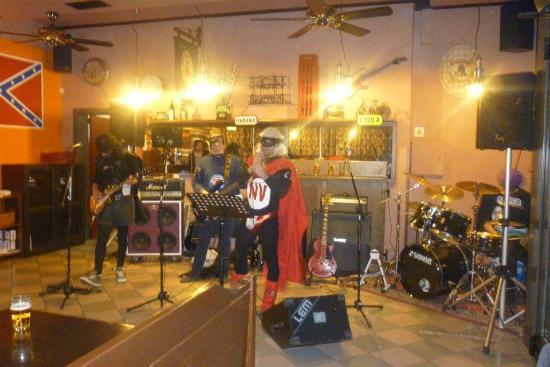 Arino, Italia: una delle band che hanno suonato dentro il locale (Version nemesis)