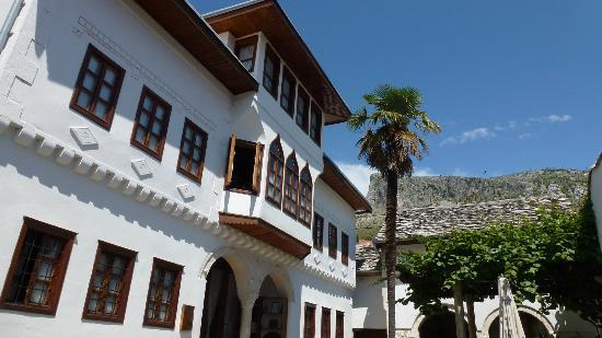 Bosnian National Monument Muslibegovic House Hotel: Das Haus mit Blick auf die Berge