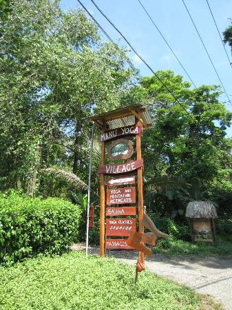 Manu Yoga Village: sign on street