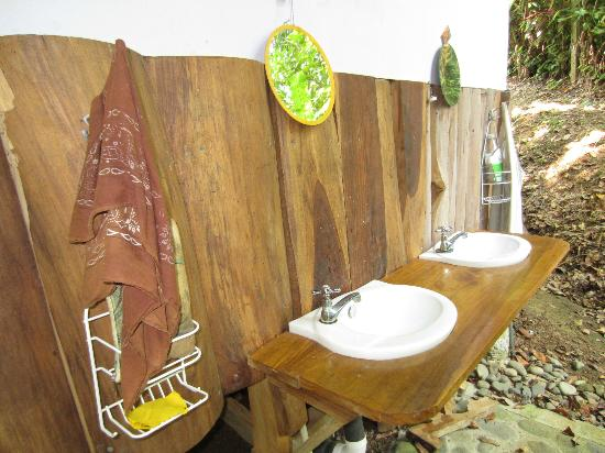 Manu Yoga Village: shared bathrooms