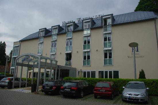 Hotel Watthalden: Blick auf Eingangsbereich des Watthalden Hotels in Ettlingen