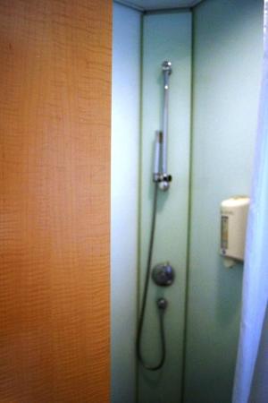 Rambler Garden Hotel: Shower with one-in-all shampoo, conditioner & body wash