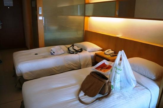 Rambler Garden Hotel: Twin sharing room. Space very limited