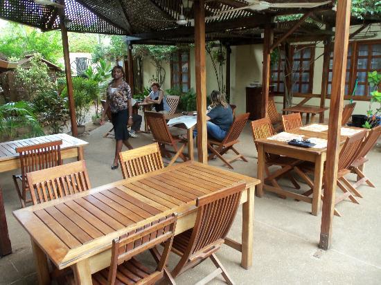Hôtel Belle-Vue : Outdoor dining area under trellises
