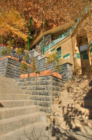 Pir-e Sabz Chak Chak : Chak Chak: approaching the grotto