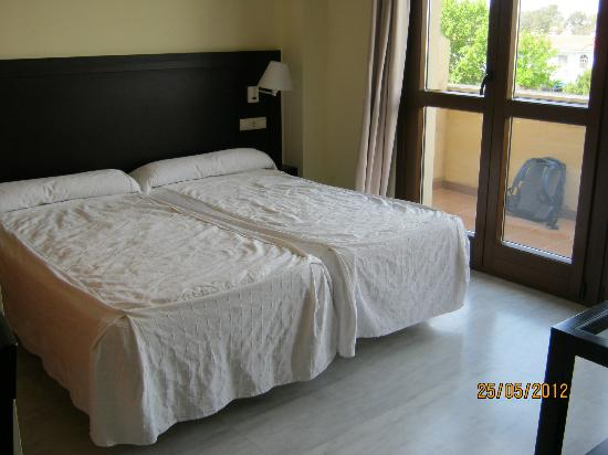 Luxsevilla Palacio: Beds and balcony of Studio Apartment 125